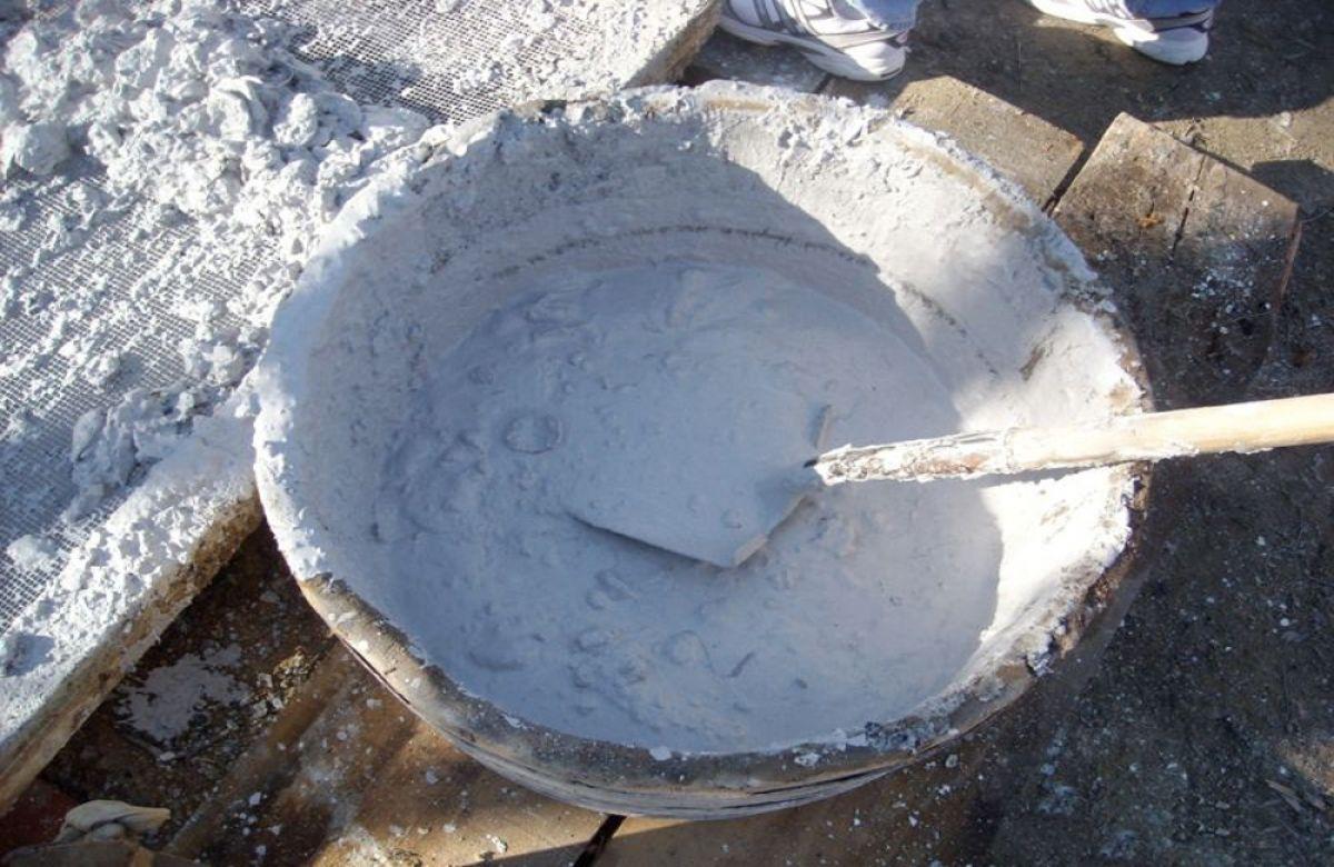 Хорошо перемолотый мел будет отличным средством для снижения кислотности почвы.