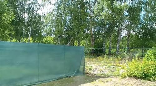 byudzhetnyj-zabor-foto-video-obzor-setki-dlya-zabora-na-dache-13